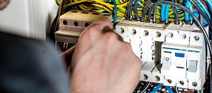 Instalaciones eléctricas y mantenimiento eléctrico en baja tensión: cuadros eléctricos, cableado eléctrico, punto de luz, enchufes, viviendas, edificios, locales, empresas