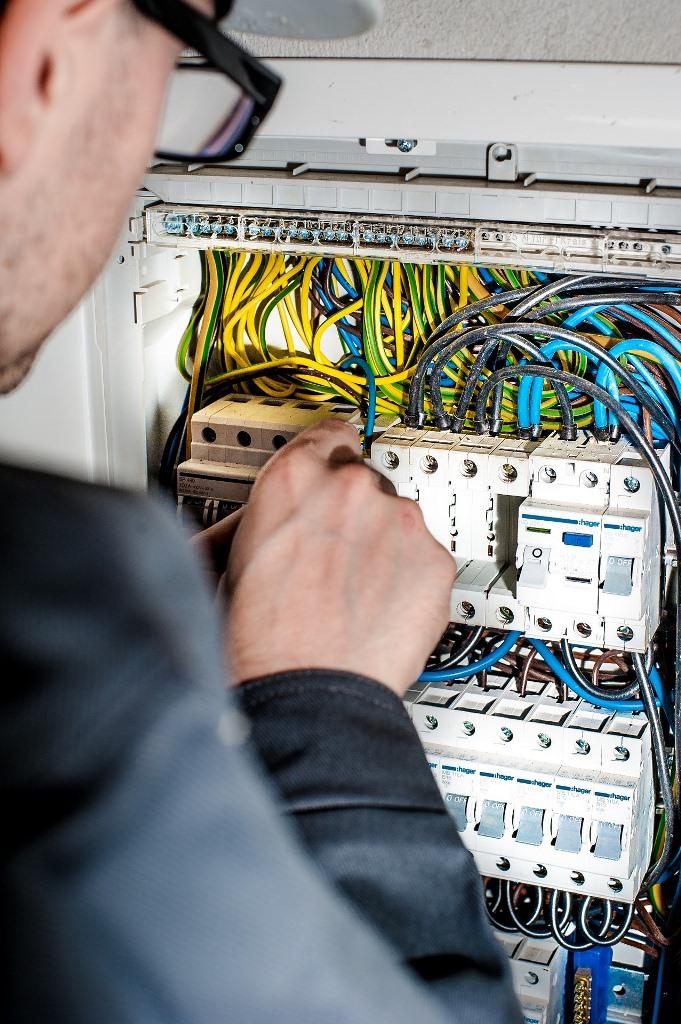 Instalaciones eléctricas y mantenimiento eléctrico en Alta y Baja tensión: distribución y transformación de energía eléctrica, cuadros eléctricos, cableado eléctrico, punto de luz, enchufes, viviendas, edificios, locales, empresas